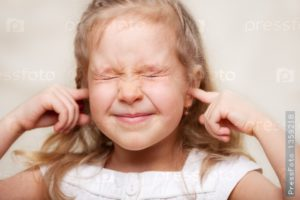 ребенок закрыл уши