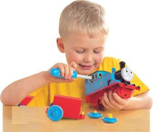 ребенок разбирает игрушку