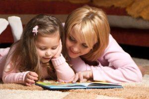 Мама учит дочь читать