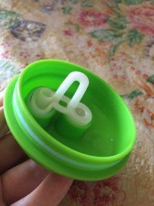 Для того,чтобы жидкость не вытекала,внутри поильника есть специальный клапан.