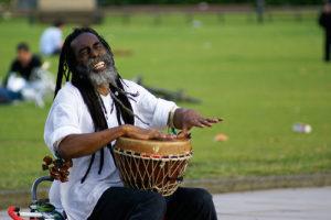 афроамериканец играетна барабане