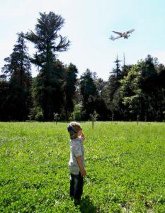 В парке очень тихо и умиротворённо… Единственное, что нарушает тишину — самолёты, идущие на посадку, но Саше они запомнились больше всего))
