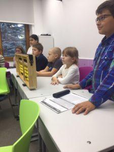 «KidsBrain» объединяет в себе:  упражнения на развития интеллекта; ментальную арифметику; изучение английского языка. Наше знакомство с таким мастер-классом началось с краткого лекционного курса, который был транслирован на экране. Ознакомительный курс был преимущественно для родителей, но и деткам было тоже интересно посмотреть в телевизор.