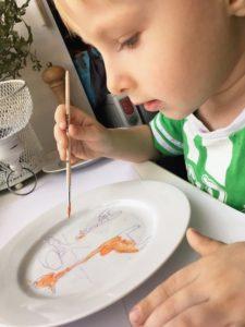 Саша старался раскрашивать аккуратно, но это не просто. Пока краска не высохла, она легко стирается жидкостью для снятия лака. Таким образом можно подправить рисунок.