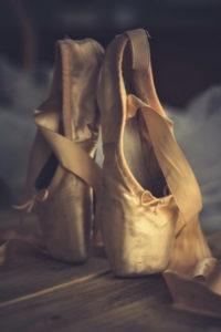 The Royal Ballet School, Лондон  11 – 16 лет, 16+ Королевская балетная школа основана в 1926 году. Название говорит само за себя – из ее стен вышли лучшие танцовщики, балерины и хореографы мира: Кеннет Макмиллан, Питер Райт, Сергей Полунин, Марианела Нуньес, Дарси Бассел. Школа тесно сотрудничает с Королевским балетом; ученики часто принимают участие в балетных постановках.  В White Lodge, расположенном в парке Ричмонд, обучаются дети с 11 до 16 лет; старшая школа (Royal Ballet Upper School) в Ковент-Гардене проводит профессиональную трехлетнюю балетную подготовку студентов в возрасте 16-19 лет (BA in Classical Ballet and Dance Performance, диплом подтверждается Университетом Рохэмптона). Попасть в школу непросто из-за высокой конкуренции: школа выбирает «лучших из лучших», но зато здесь предоставляют много стипендий, 20% учеников школы обучается без какой-либо оплаты, а 90% получают финансовую поддержку.