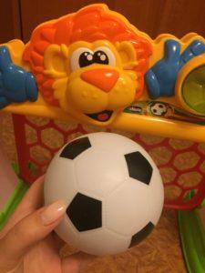 По мере того, как мячик будет сдуваться, его можно накачать через специальное отверстие